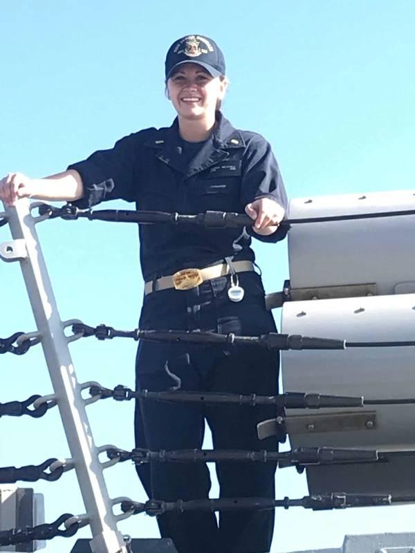 Una foto de archivo sin fecha de la alférez Sarah Mitchell, que murió por las heridas sufridas a bordo del destructor de misiles guiados USS Jason Dunham (DD 109), 8 de julio de 2018. (Foto de la Marina de los EE. UU.)