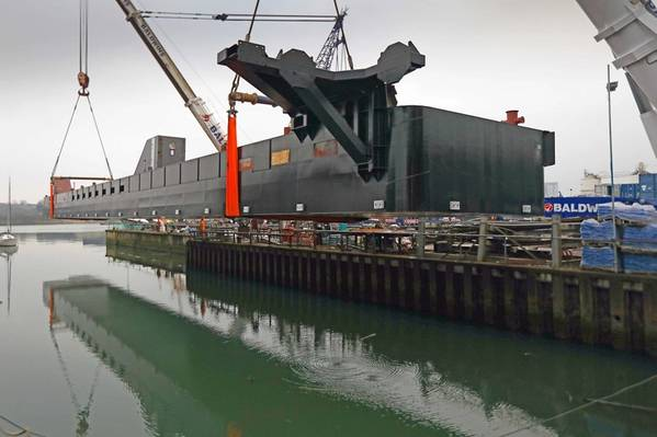 Uno de los pontones se levanta en el agua (Foto: SMS)