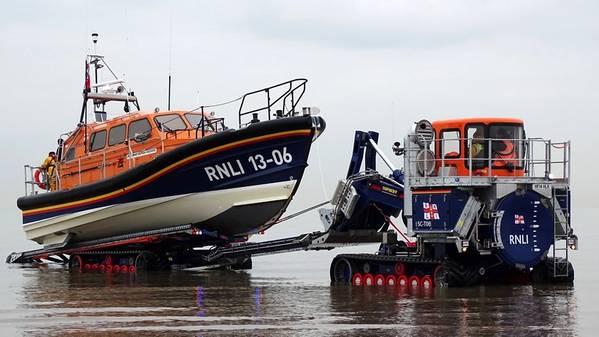 In Verbindung mit der Schaffung des neuen Rettungsboots der Shannon-Klasse hat der RNLI auch einen neuen Abschlepp- und Bergungstraktor eingeführt, der in Verbindung mit dem Spezialisten für hochbewegliche Fahrzeuge Supacat Ltd speziell für den Einsatz mit dem Shannon entwickelt wurde. Es wirkt als mobile Slipanlage. Abgebildet ist das Rettungsboot Hoylake, Britische Shannon-Klasse, das aus dem Meer geborgen wurde. (Foto: RNLI / Dave James)