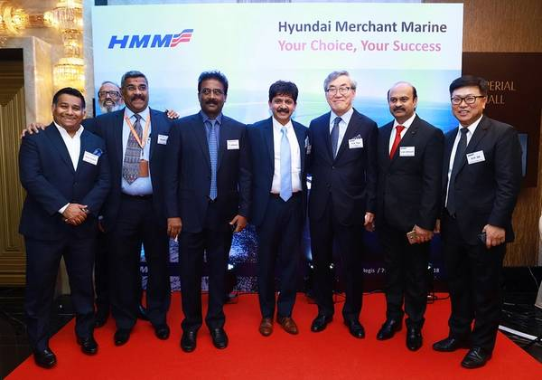 CK Yoo (τρίτο άτομο από τα δεξιά), με τους πελάτες της Ινδίας VVIP κατά τη διάρκεια της επίσκεψης. Φωτογραφία: Hyundai Merchant Marine