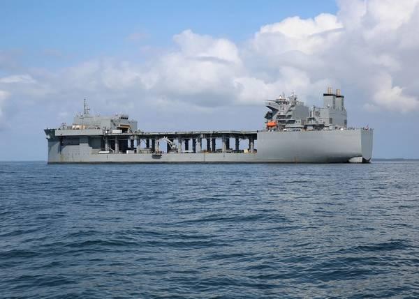 La base marítima expedicionaria del Comando de Transporte Marítimo Militar USNS Hershel 'Woody' Williams (ESB 4) fondeó en la Bahía de Chesapeake en septiembre de 2019 durante las pruebas de equipos de contramedidas mineras. (Foto de la Marina de los EE. UU. Por Bill Mesta)