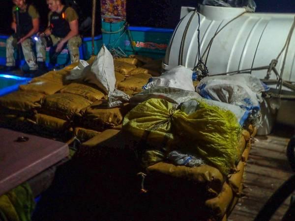 O destróier de mísseis guiados USS Chung-Hoon (DDG 93) apreendeu 11.000 libras de drogas ilícitas a bordo de um navio sem pátria enquanto conduzia operações de segurança marítima nas águas internacionais do Golfo de Aden. A Chung-Hoon está implantada na área de operação da 5ª Frota dos EUA em apoio às operações navais para garantir a estabilidade e a segurança marítima na Região Central, conectando o Mediterrâneo e o Pacífico através do Oceano Índico Ocidental e três pontos estratégicos de estrangulamento. (Marinha dos EUA / Relea