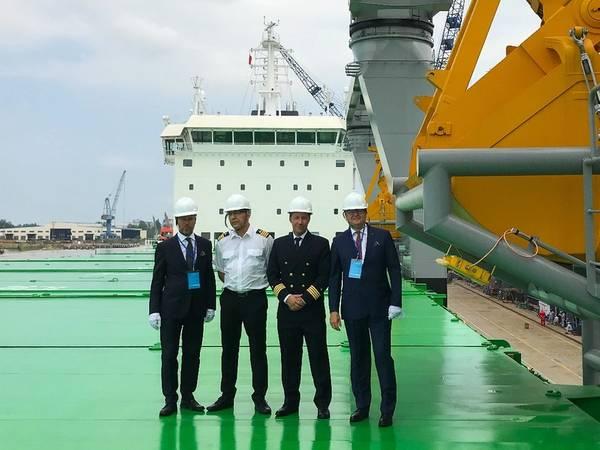 Da esquerda: o diretor Mikki Koskinen, o engenheiro chefe Jarmo Kuronen, o mestre Jussi Vaahtikari e o presidente do conselho Aki Ojanen durante a cerimônia de entrega. Foto: ESL Shipping Ltd