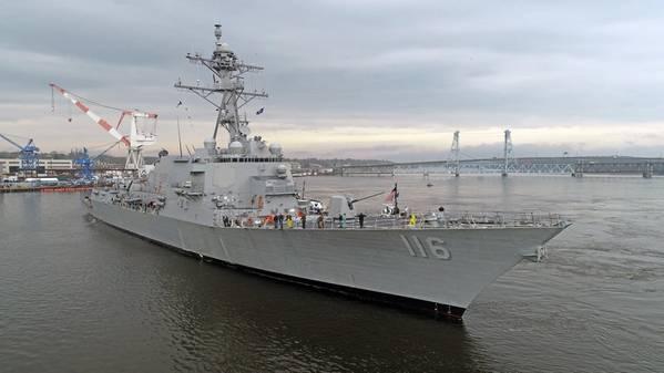 El futuro USS Thomas Hudner (DDG 116) regresa después de completar con éxito las pruebas de aceptación. El destructor de la clase Arleigh Burke pasó un día en la costa de Maine probando muchos de sus sistemas a bordo para validar que su desempeño cumplió o superó las especificaciones de la Armada. (Foto de la Marina de los EE. UU. Cortesía de Bath Iron Works / Lanzamiento)