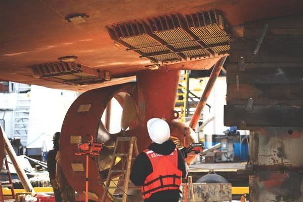 Os inspetores marítimos do USCG da Unidade de Segurança Marinha de Portland inspecionam um reboque em Portland, Oregon (foto da Guarda Costeira dos EUA por Paige Hause)