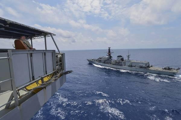 El marinero civil Kevin Sauls, capitán de la embarcación a bordo del petrolero de reposición de la flota de la clase Henry J. Kaiser USNS Guadalupe (T-AO 200), observa la fragata de la Royal Navy Duke clase HMS Montrose (F 236) durante un ejercicio de reposición en el mar. Guadalupe está realizando operaciones, brindando apoyo logístico a la Armada de los EE. UU. Y las fuerzas aliadas que operan en el área de responsabilidad de la 7ª Flota de los EE. UU. (Foto de la Marina de EE. UU. Por el especialista en comunicación de masas de segunda clase Tristin Barth)