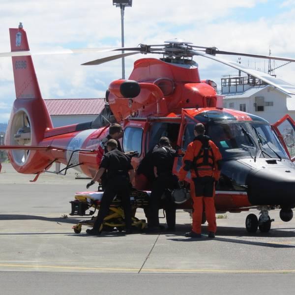 Os membros da equipe de resgate da Guarda Costeira transferem um indivíduo que não responde para o pessoal local do Serviço de Emergência Médica depois de recuperá-lo perto do estreito de Juan de Fuca em 10 de julho de 2018. (Foto: Guarda Costeira dos EUA)