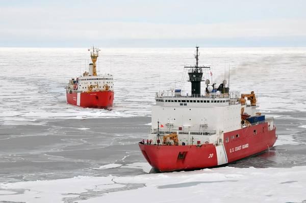 O navio da Guarda Costeira canadense, Louis S. St-Laurent, faz uma aproximação à Guarda Costeira Cutter Healy no Oceano Ártico, em 5 de setembro. Os dois navios participam de uma pesquisa multi-agências ártica que ajudará a definir a plataforma continental norte-americana. (Foto do suboficial de terceira classe Patrick Kelley)