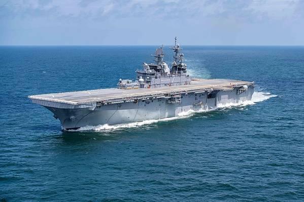 O navio de assalto anfíbio da Marinha dos EUA USS Tripoli (LHA-7) realiza ensaios de construtores no Golfo do México em julho de 2019. (foto da Marinha dos EUA cortesia da Huntington Ingalls Industries por Derek Fountain)