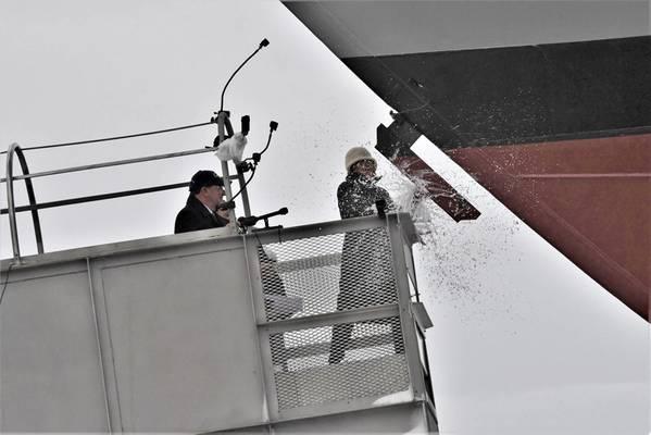 A patrocinadora de navios Jill Donnelly quebra uma garrafa de champanhe na proa durante a cerimônia de batismo do 17º Navio de Combate Litorâneo do país, o futuro USS Indianapolis, no estaleiro Fincantieri Marinette Marine em 14 de abril. Foto: Lockheed Martin