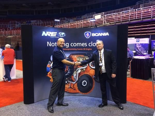 En el piso de la feria IMX: el gerente de ventas de Scania USA, Al Alcala, y el editor de MarineNews, Joseph Keefe, se reunieron esta semana para analizar las tendencias actuales de la propulsión.