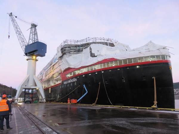 O primeiro dos novos navios de cruzeiro de expedição híbridos da Hurtigruten, o MS Roald Amundsen, em construção no Kleven Yard em Ulsteinvik, Noruega: a entrega está prevista para maio de 2019. (Foto: Tom Mulligan)