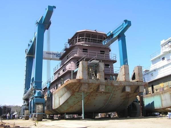 Un remolcador de acero construido por Horizon Shipbuilding en el Travelift de 660 toneladas en el recién adquirido Alabama Shipyard de Metal Shark (Foto: Metal Shark)