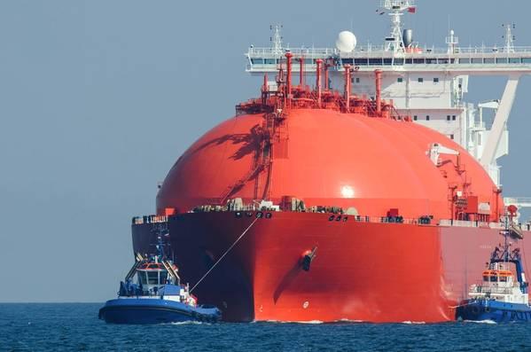 Ατυπικός μεταφορέας υγροποιημένου φυσικού αερίου προσεγγίζει την προβλήτα. (Εικόνα αρχείου / Adobestock / © Fotmart