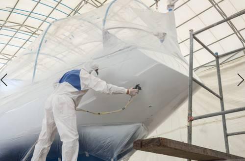 Ο αναλυτής της αγοράς, Frost & Sullivan, λέει ότι οι ναυπηγοί και οι εταιρίες ξηρής φόρτωσης θα πρέπει να συνεργαστούν με ειδικούς θαλάσσιων επιστρώσεων για να εξασφαλίσουν ότι οι θαλάσσιες επιχρίσεις υψηλής απόδοσης, περιβαλλοντικά βιώσιμες, που μπορούν να προστατεύσουν το περιβάλλον και να αυξήσουν την αποδοτικότητα των καυσίμων, αναπτύσσονται για χρήση στον ναυτιλιακό τομέα. (Φωτογραφία © Adobe Stock / PiyawatNandeenoparit)