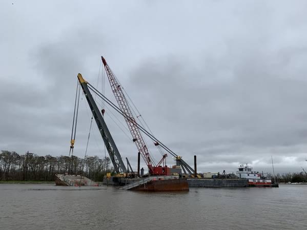 Η βάρκα ACL 01700 χωρίστηκε στο μισό και βυθίστηκε μετά από γείωση κοντά στο Mile Marker 99 στο Berwick, La., Νωρίτερα αυτή την εβδομάδα. Οι εργασίες διάσωσης συνεχίστηκαν μέρα και νύχτα. (Φωτογραφία Αλεξάνδρεια Preston / ακτοφυλακή των ΗΠΑ)