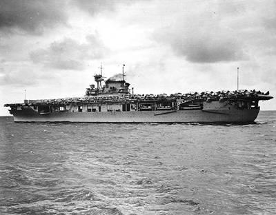 يو إس إس إنتربرايز (CV-6) (الصورة الرسمية للبحرية الأمريكية ، الآن في مجموعات الأرشيف الوطني)