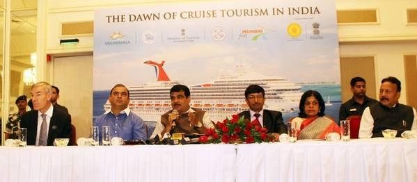 """صورة فوتوغرافية: وزير النقل البحري نيتين جادكاري الذي تناول وسائل الإعلام بعد الحدث في المعاينة الحصرية ل """"فجر السياحة السياحية في الهند"""" في مومباي في أغسطس 82017"""