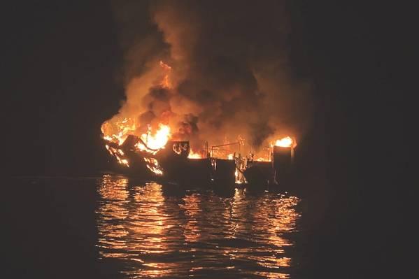 قارب الغوص Conception يحترق قبالة ساحل جزيرة سانتا كروز في 2 سبتمبر 2019. (الصورة صادرة عن مكتب سانتا باربرا شريف)