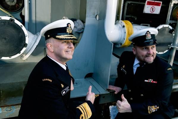 نائب الأدميرال آرت ماكدونالد ، قائد البحرية الكندية الملكية (يسار) ، مع ضابط الصف الأول في قيادة البحرية الملكية الكندية ضابط الصف الأول ديفيد ستيفز (يمين) وهو يضع العملة الاحتفالية على عارضة مستقبلات HMCS Protecteur. (الصورة: Seaspan أحواض بناء السفن)