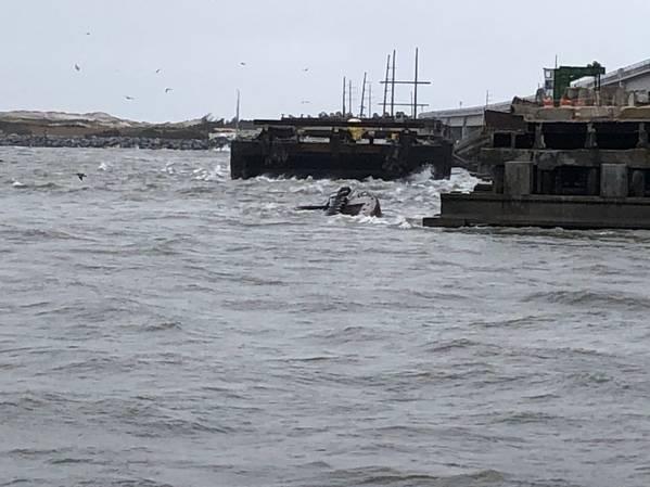 अर्ध-जलमग्न tugboat मिस बोनी उत्तरी कैरोलिना के ओरेगन इनलेट में ओल्ड बोनर ब्रिज के साथ जुड़ने के बाद पानी में बैठ जाती है। (यूएस कोस्ट गार्ड फोटो कोस्ट गार्ड स्टेशन ओरेगन इनलेट के सौजन्य से)