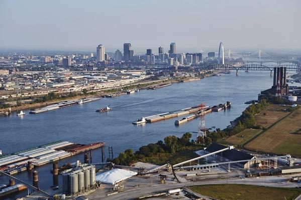 पृष्ठभूमि में सेंट लुईस के साथ अंतर्देशीय जलमार्ग। (साभार: सेंट लुइस रीजनल फ्रेटवे)