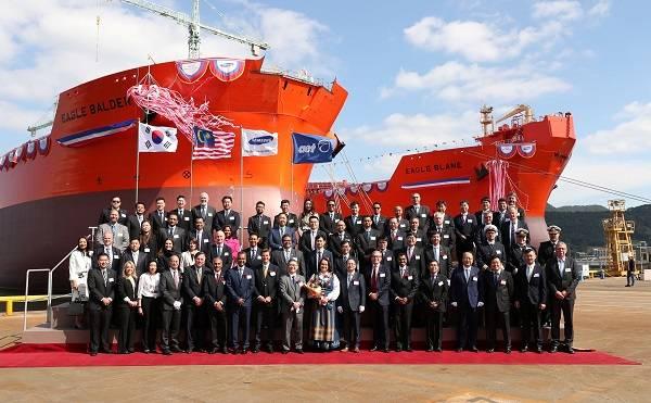 सैमसंग हेवी इंडस्ट्रीज (SHI) जियोजे शिपयार्ड, दक्षिण कोरिया में आज आयोजित एक नामकरण समारोह में एईटी के ईगल ब्लेन और ईगल बॉलर का अनावरण किया गया (फोटो: एईटी)