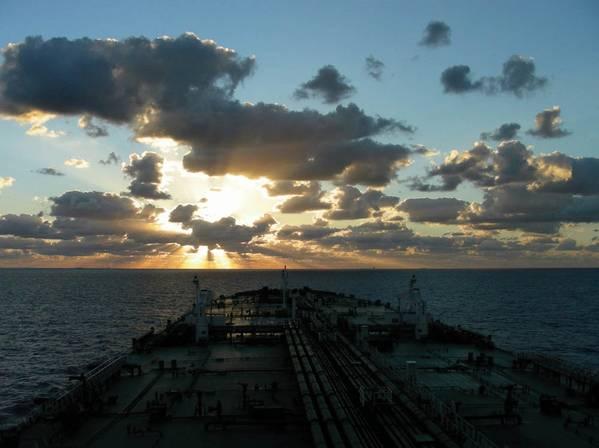 हैकिंग के लिए कमजोर समुद्री उद्योग में कई लोगों को चिंता करना चाहिए कि जीपीएस, एआईएस और ईसीडीआईएस सहित मुख्य जहाज नेविगेशन सिस्टम समुद्र में रेडियो फ्रीक्वेंसी ट्रांसमिशन के माध्यम से डेटा प्राप्त करते हैं और इस तरह हैकिंग के लिए बेहद कमजोर हैं।