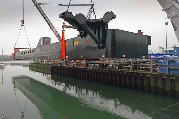 其中一艘浮桥被吊入水中(照片:短信)