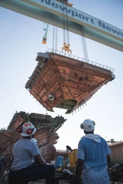 核动力航空母舰约翰·肯尼迪(CVN 79)的上部船首单元是完成船舶主要结构的最后一个超级升降机。摄影:Matt Hildreth / HII