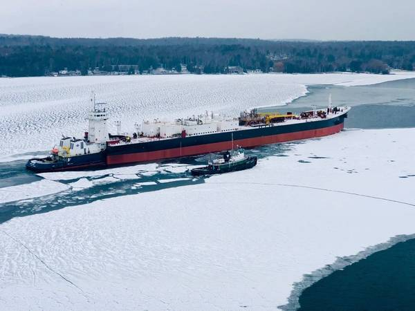 ATB,牵引RONNIE MURPH和驳船KIRBY 155-03,离开威斯康星州斯特金湾的Fincantieri Bay Shipbuilding。 (照片:Fincantieri)
