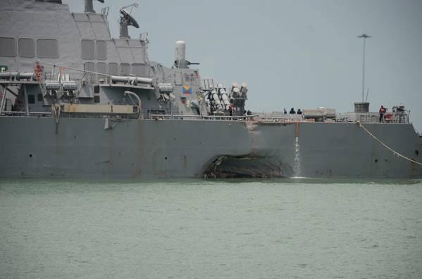 Daño visible significativo al USS John S. McCain (DDG 56) después de una colisión con el buque mercante Alnic MC en curso al este del Estrecho de Malaca y Singapur el 21 de agosto. (Foto de la Marina de EE. UU. Por Madailein Abbott)