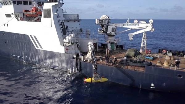 Das AUV Hydroid Remus 6000 wird von der R / V Petrel auf der Suche nach der USS Indianapolis eingesetzt. (Foto mit freundlicher Genehmigung von Paul G. Allen)
