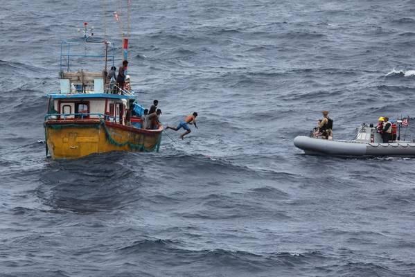 Ein srilankischer Fischer springt und schwimmt zu einem Festrumpf-Schlauchboot vom Zerstörer der Arleigh Burke-Klasse, USS Decatur (DDG 73), nachdem das Schiff angehalten hat, einem gestrandeten Fischereifahrzeug Hilfe zu leisten. (US Navy Foto)