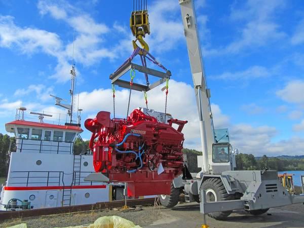 Einer der beiden neuen Cummins QSK38-Motoren wird angeschwenkt (Foto: Mike Fourtner / Cummins)