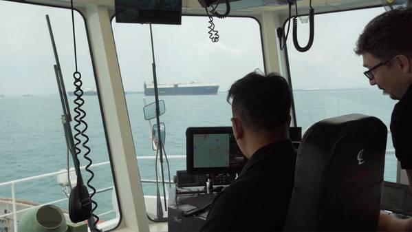 Um PSA Marine Tug Master e Thomas monitorando como o sistema de navegação inteligente manobra o rebocador do porto durante os testes no mar. (Foto: Wärtsilä)