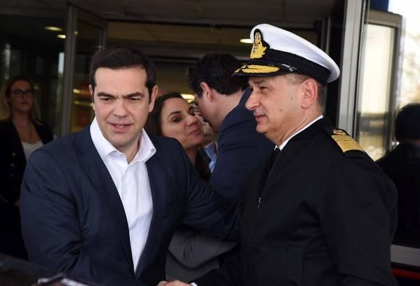 Primeiro-ministro grego Alexis Tsipras (à esquerda) (Foto cedida pela Guarda Costeira Helénica)