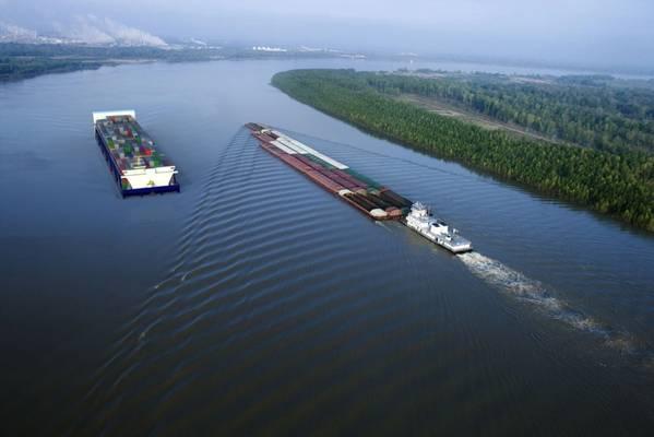 El concepto de buque contenedor en barcaza en marcha a la izquierda.