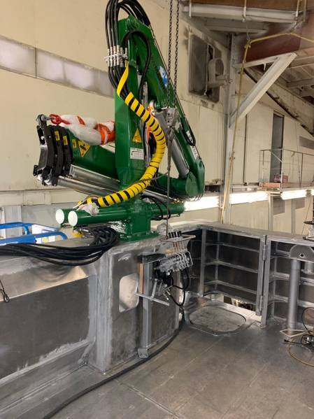 O guindaste de carga da Harbor Harvest sendo instalado (Crédito: Robert Kunkel)