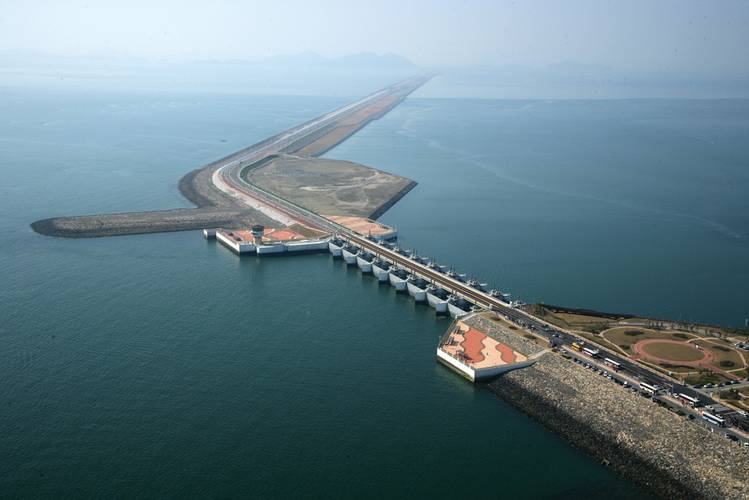 1996 – 2010 South Korea / Saemangeum The 33.9-km-long Saemangeum Sea Dike – the longest dike in the world – links the cities of Gunsan in the north and Buan in the south. Before construction of the dike, two rivers, the Mangyeon and Dongjin, discharged directly into the Yellow Sea. Now these rivers flow into a 400-km2 reservoir created by the dike. In the future this reservoir will be transformed into land equal to two thirds the area of Seoul to be used for agricultural, industrial, business, r