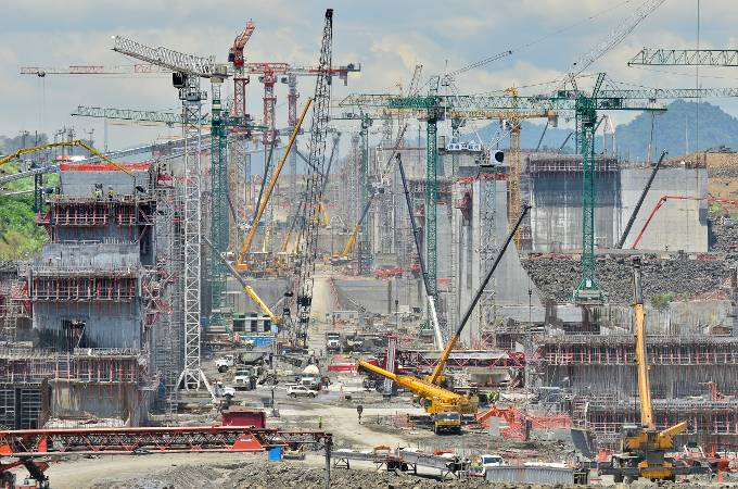 A forest of cranes: construction has been under way since 2007 – the structural work of one of the new locks can be seen here (Photo courtesy of the Panama Canal Authority)