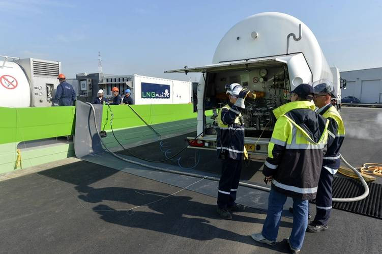 Antwerp Port bunkering LNG_trucktoship