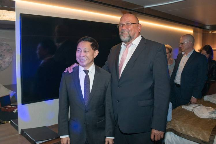 Colin Au, Genting Hong Kong Group President, and Economics Minister Harry Glawe (© MV WERFTEN)