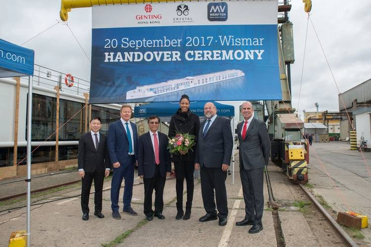Colin Au, Genting Hong Kong; Gustaf Grönberg, Genting Cruise Lines; Tan Sri Lim Kok Thay, Genting Hong Kong; Lauren Barfield, SSC Palmberg Schwerin; Economics Minister Harry Glawe and Tom Wolber, Crystal Cruises (Photo: MV WERFTEN)