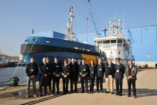 Commodore Åke Dagnevik, Swedish Coast Guard (5th from left), and Axel Schulz, representative of the insolvency administrator (6th from left), with construction supervision and members of the crew of KBV 033, at the reflagging ceremony at the Peene Shipyard in Wolgast