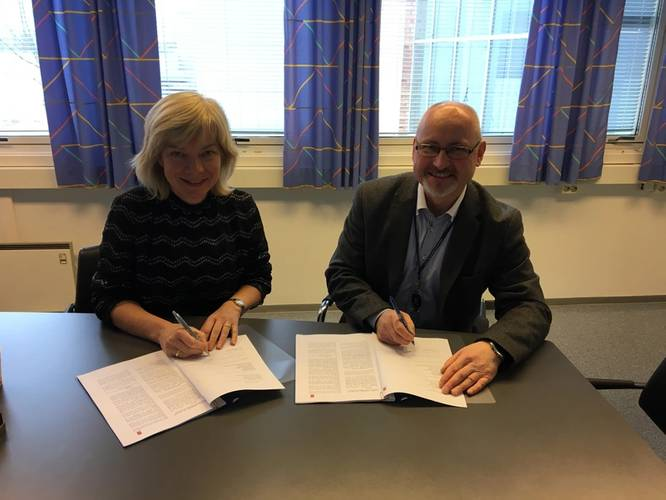 Contract signing (L-R): Anne Kari Botnmark, Head, Department of Maritime Operations at USN; and Bjarne Torkelsen, Area Sales Manager, Kongsberg Digital (Photo: Kongsberg)