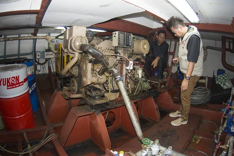 Shipyard manager Ekachai Virunrattanasiri shows Cummins representative Sathit Suwanprasert the dinner boat's Cummins main engine. (Photo: Haig-Brown/Cummins)