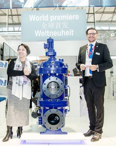 Dr. Christine Althauser with Stefan Starke at Marintec China (Photo: Boll & Kirch)