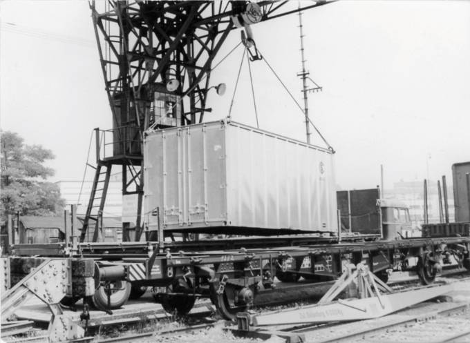 Four 10-ton shackles and steel wire hoisted the container onto the railcar (Photo: Hapag-Lloyd)