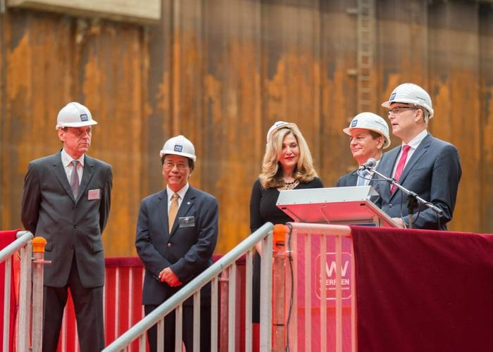 From left to right: Jarmo Laakso, Managing Director MV WERFTEN; Tan Sri Lim Kok Thay, Chairman Genting Group; Edie Rodriguez, CEO Crystal Cruises; Walter Schölzig, Project Manager MV WERFTEN; and Erwin Sellering, Prime Minister of Mecklenburg-Vorpommern (Photo: MV WERFTEN)